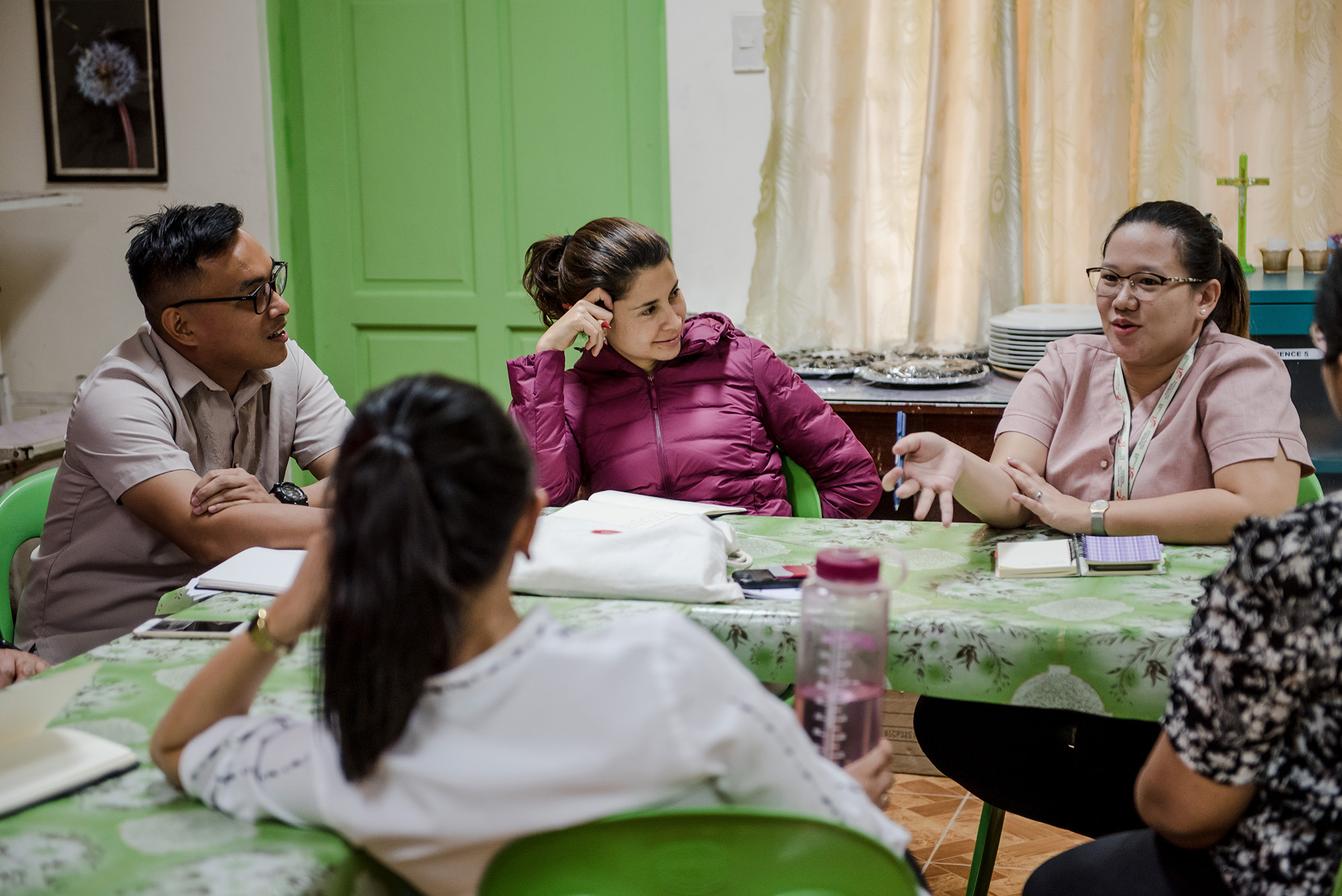 Ense?a por Colombia CEO, Margarita Saenz (Center), listening in as Teach for the Philippines Teacher Fellow Christian Cristobal ('17-Navotas) (Left) and Teacher Leader JM Iglesia ('18-Navotas) (Right) describe the Navotas school community context